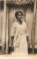 MADAGASCAR  FEMME  ANTAMBAHOAKA EN COSTUME EUROPEEN - Madagascar