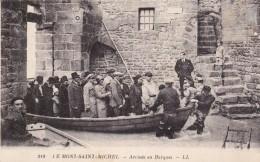 CARTE POSTALE   LE MONT SAINT MICHEL 50  Arrivée En Barques - Le Mont Saint Michel