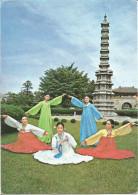A Traditional Dancers Around The 10 Storeyed Pagoda In  Gyeongbog Palace Séoul, Korea.   (scan Verso) - Corée Du Sud