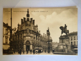 ANVERS - Banque Nationale Et Statue Léopold 1er. Sépia. Très Animée : Voitures, Tramway, Cycliste, Piétons. - Otros