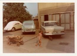 Original Foto 1970?, VW - Taunus? - Mercedes, Kind Mit Leiterwagen, Fotoformat Ca.10,7 X 7,7 Cm - Automobile