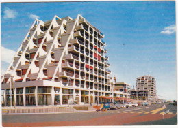 La Grande-Motte: 2x RENAULT 4, CITROËN DS, RENAULT DAUPHINE, PEUGEOT 204 - Immeubles Pyramidaux Sur Le Port - PKW