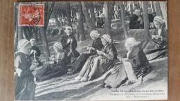 La Guipure à Plouhinec.les Motiveuses.dentellières.Coiffes Costumes Bretons. Villard N ° 4089 - Plouhinec