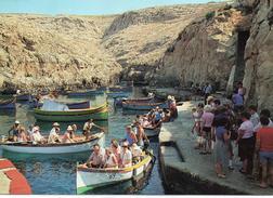 Malte.. Malta.. Très Animée Barques Bateaux Touristes Wied Iz-Zurrieq - Malta