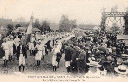 V4373 Cpa 03 Vichy - Fête De Gymnastique - Le Défilé à La Porte Du Champ De Tir - Vichy
