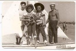 """Photo Originale, Souvenir , Hommes Et Enfants , Barque """" AURORA """" 1963 , Dim. 8.0 X 5.5 Cm . - Personas Anónimos"""