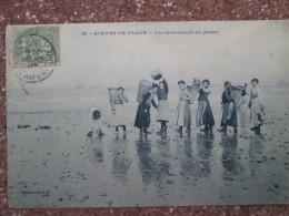 SCENE DE PLAGE . LES RAMASSEURS DE GALETS - Autres Communes