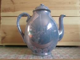 UNE THEIERES 2 TASSES 2PETITES ASSIETTES ET UNE CARAFE - Teapots