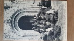Saint Jean Trolimon.la Chapelle De Tronoen Pendant La Messe Du Pardon.coiffes Costumes Bretons. ND N ° 90 - Saint-Jean-Trolimon