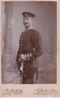 CDV Foto Deutscher Soldat Mit Säbel - Atelier Wirtz  - Cöln/Rh. - Ca. 1900 (24776) - Krieg, Militär