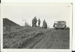 A203   --  DEUTSCHLAND  -  WW2  --  ORIGINAL PHOTO   -  RUSSIA,  42 `  SOLDATEN, AUTO  -    9,3  Cm  X 6,2 Cm - 1939-45