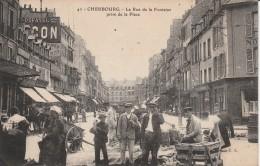 50 - CHERBOURG - La Rue De La Fontaine Prise De La Place - Cherbourg