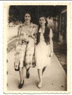 Photo Originale , Deux Belles  Femmes  1944 , Dim. 6.0 X 9.0 Cm . - Personas Anónimos