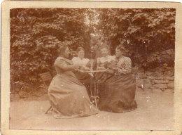 Cartes A Jouer - Femmes Jouant Aux Cartes - Photo Collée Sur Support Carton Rigide  (89984) - Personnes Anonymes