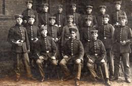 6595. CPA PHOTO MILITAIRES. GROUPE DE SOLDATS ALLEMANDS ? - Uniformi