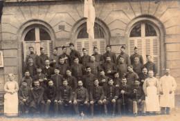 6609. CPA PHOTO MILITAIRES. GROUPE BLESSES DE GUERRE ? INFIRMIERS. ECRITE 1915 - Uniformes