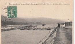 """38 - VIENNE """" Construction D´un Pont De Bateaux Par Le Génie"""" Passage De Chalands Dans La Portière - Vienne"""