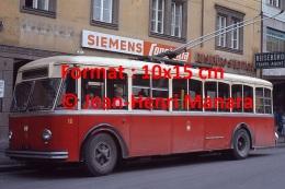 Photographie D´un Ancien Trolley Bus à Innsbruck En Autriche Sous Une Pancarte Siemens En 1970 - Repro's