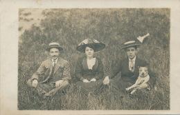 FEMMES - FRAU - LADY - MODE - DOG - Belle Carte Photo Femme élégante Avec Chapeau Et Hommes Assis Avec Chien (non Située - Mode