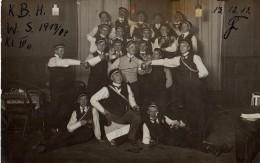 Carte Photo Originale Groupe D'escrimeurs - K.B.H. 1913-1914 - Escrime, Epée, Fanion - Et Chopines De Bière - Sporten
