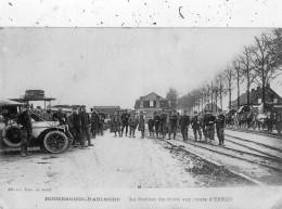 POPERINGE (POPERINGHE) ROUSBRUGGE-HARINGHE LA STATION DU TRAIN SUR ROUTE D'YPRES NOMBREUX SOLDATS - Poperinge