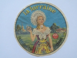 Ancienne étiquette Fromage Lorraine 57E Fromagerie De GRIGNY-BORNY  LA LORRAINE  Femme En Costume Dentelles - Kaas
