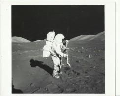 JACK SCHMITT  --  RAKE SAMPLE  --   ASTRONAUT, SPACE FLIGHT TO MOON, APOLLO 17  --    PHOTO   25,2 Cm X 20,3 Cm - Aviation