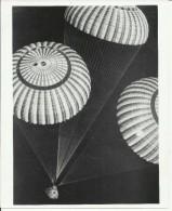 APOLLO 17 SPACECRAFT, SUSPENDED UNDER ... PARACHUTES  -   ASTRONAUT, SPACE FLIGHT TO MOON  -- PHOTO   25,2 Cm X 20,3 Cm - Aviation