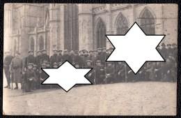 AVRANCHES Le 9/03/1915 - CARTE PHOTO D'UN GROUPE DE MANCHOIS MOBILISES DEVANT L'EGLISE - RARE - Avranches