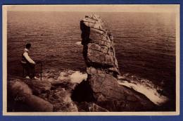 29 CLEDEN-CAP-SIZUN Baie Des Trépassés, Le Menhir - Animée - Cléden-Cap-Sizun