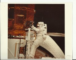 REPAIRS  --    ASTRONAUT, SPACE FLIGHT TO MOON  --  PHOTO   25,4 Cm X 20,5 Cm  --  2 X SCAN - Aviation