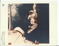 BRUCE  McCANDLESS  --    ASTRONAUT, SPACE FLIGHT TO MOON  --  PHOTO   25,4 Cm X 20,2 Cm  --  2 X SCAN - Aviation