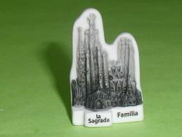 """Fèves / Pays / Régions : Basilique De Barcelone, La Sagrada Familia  """" Mat """" ( Au Verso Devinette )    T10 - Pays"""
