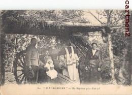 MADAGASCAR UN BAPTEME PRES D'UN CANON DE 75 ARTILLERIE GUERRE PRETRE RELIGION SOLDAT AFRIQUE - Madagascar