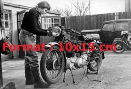 Reproduction Photographie D´une Femme Bricolant Sur Son Ancienne Moto VINCENT 500 COMET - Repro's