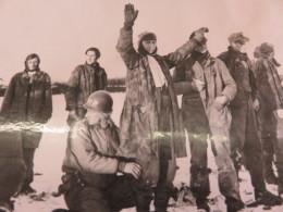 Photo Ancienne Keystone Combat Des Américains Us Dans Le Corridor De Bastogne La Fouille Des Allemands Prisonniers Ww2 - Guerre, Militaire