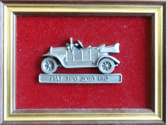 Lot De 2 Cadres Dorés Avec Voiture Miniature En étain: Mercedes Benz 1928, Fiat Tipo Zero 1912 (Etains De La Mer) - Etains