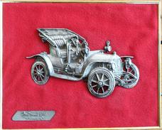 Cadre Doré Avec Voiture Miniature En étain Sur Velours Rouge: Opel Modèle 1905 - Estaño