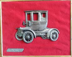 Cadre Doré Avec Voiture Miniature En étain Sur Velours Rouge: Cadillac Modèle 1904 - Etains