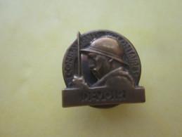 RARE WW1 EPINGLETTE COMBATTANT VOLONTAIRE 14 18 POILU AVEC CASQUE ADRIAN - Esercito