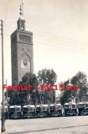 Reproduction Photographie De Plusieurs Bus Garés Devant Des Bâtiments à Casablanca Au Maroc - Reproductions