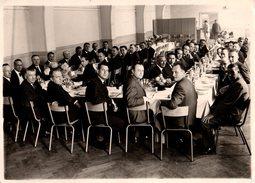 Grande Photo Originale Banquet - Salle Du Cercle - Banquet Des 45 Ans - Personnes Anonymes