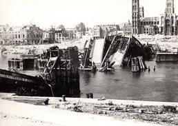 Grande Photo Reproduction Des Bombardements De La Seconde Guerre Mondiale - Rouen ? - Pont Et Cathédrale - - Reproductions