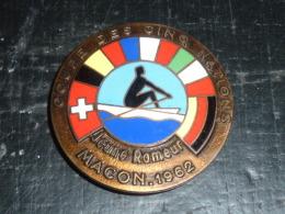 BROCHE INSIGNE EN EMAIL - GROUPE DES CINQ NATIONS - JEUNE RAMEUR MACON 1962 - RARE AVIRON SPORT - Rowing