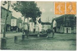 COULONGES SUR L´AUTIZE - Place Du Chateau Et Monument Aux Morts - Coulonges-sur-l'Autize
