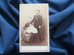 Photo CDV  Bayer à Dôle (Jura) - Couple Avec Un Bébé (famille V. Philippon), Circa 1870 L271 - Photos