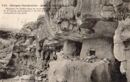 MALI SOUDAN MACINA SEPULTURE DE HABBES DANS LES EXCAVATIONS DES ROCHERS DE LA FALAISE - Mali