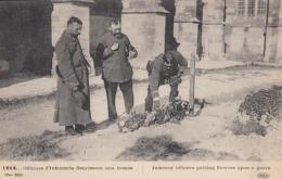 Guerre 1914 - Officiers D'Infanterie Fleurissant Une Tombe : Achat Immédiat - Oorlog 1914-18