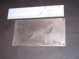 PLAQUE METALLIQUE GRAVEE - LION BELGE AVEC PATTE SUR LE DRAPEAU DATE DE 1914 - SIGNEE - 1914-18