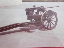 PHOTO GRAND FORMAT COULEUR  MITRAILLEUSE AUTOPORTEE ROUES A RAYONS EXPO EN CASERNE PHOTOGRAPHIE - Guerra, Militares